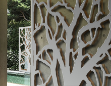 brise-vue et treillis arbre en fresque sur mur béton