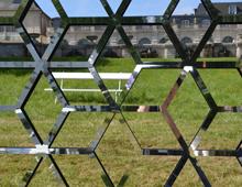 brise-vue et treillis design cubes miroir en séparateur d'espace