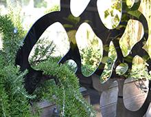 brise-vue et treillis design fleurs pop sur jardinière