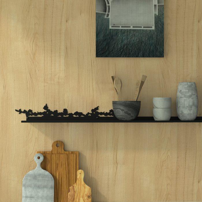 étagère murale motif cerisier dans une cuisine au bois blond