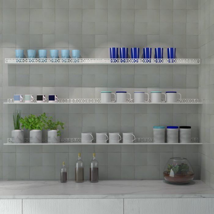 étagère murale motif cubes pour mettre en scène de jolies tasses dans une cuisine